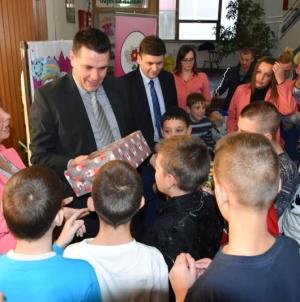 Vlada TK: Novogodišnji paketići za najmlađe (FOTO)