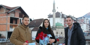 "Manifestacija ""Zavoljeh te Poslaniče"": U Kladnju podijeljeno 100 crvenih ruža"