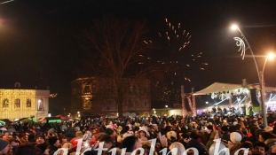 Nek nam je sretna: Tuzlaci ispratili Staru i dočekali Novu godinu na Trgu slobode