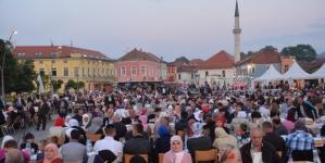 Miris zajedičkog iftara na Trgu slobode u Tuzli