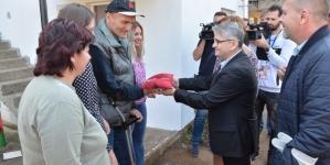 Hasanu Durakoviću, 100% ratnom vojnom invalidu iz Tuzle uručeni ključevi potpuno renovirane kuće
