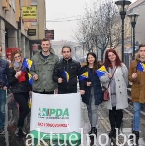 AM PDA GO Tuzla: Zastavice Bosne i Hercegovine poklon Tuzlacima za Dan državnosti