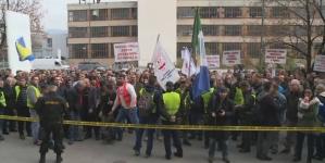 Oko 700 radnika lukavačkog GIKIL-a na protestu ispred zgrade Vlade Federacije BiH