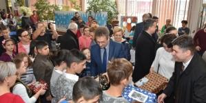 Članovi Vlade novogodišnjim paketićima obradovali najmlađe