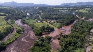 Najmanje devetosoba izgubilo život a i do 300 ljudise smatra nestalima nakon puknućabrane u Brazilu