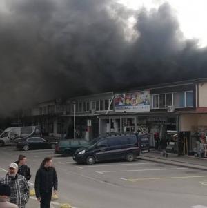Požar velikih razmjera zahvatio glavnu tuzlansku tržnicu u centru grada