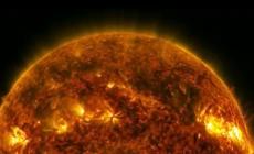 Zemlju danas pogađa snažna i gusta solarna oluja