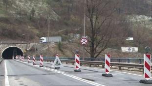 Obustavljen saobraćaj tunelu Vranduk: Kamion zakačio konstrukciju