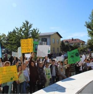 """Učenici osnovne škole """"Kalesija"""" žele promjene koje će spasiti njihovu budućnost"""