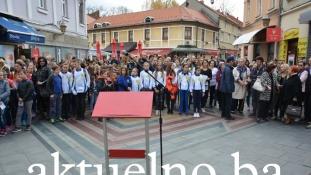 Mladi Tuzlaci na protestnom okupljanju na Kapiji poručili: Lažne priče, lažne knjige, lažni ljudi… Ugledaj se Srbijo na nas
