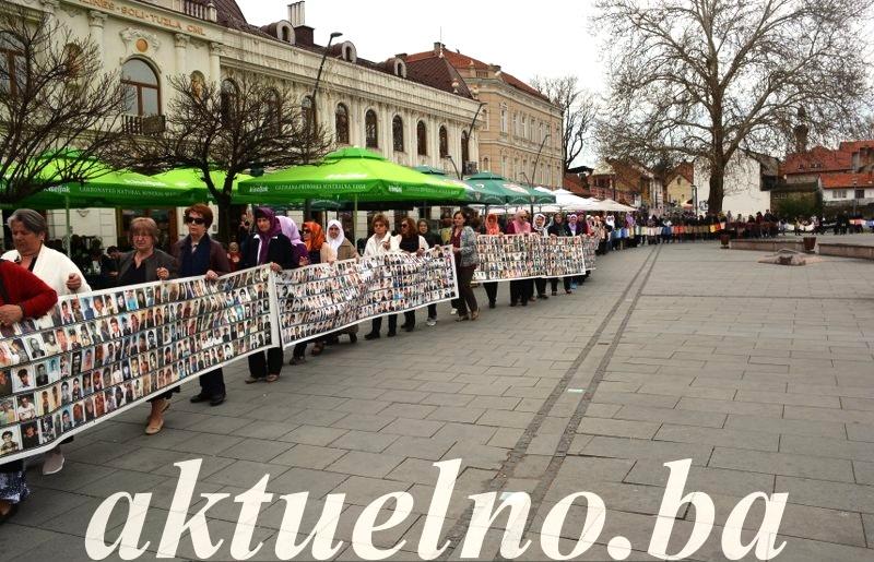 Mirni protesti Žena Srebrenice u Tuzli FOTO