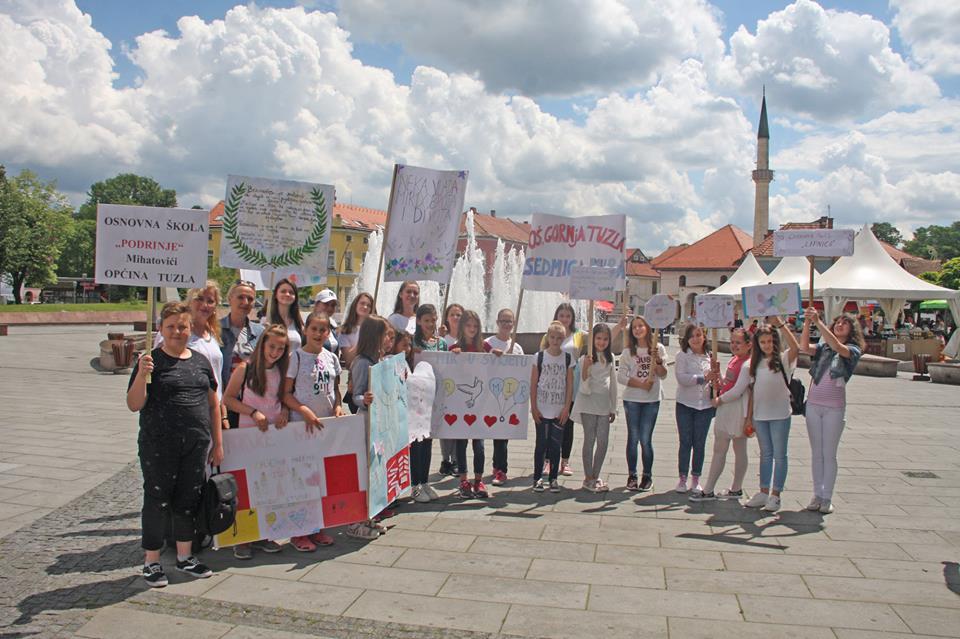 """""""Šetnja za mir"""" u Tuzli: Učenici poslali poruke mira svijetu"""