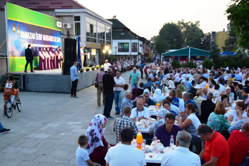 """Na gradskom bulevaru """"Nesib Malkić"""" u Živinicama iftarilo 2000 ljudi"""
