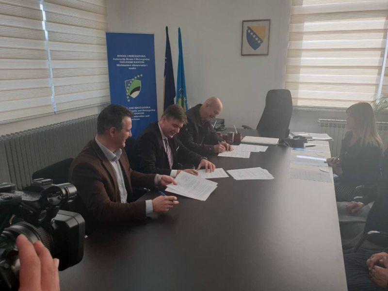 Potpisani aneksi kolektivnih ugovora za djelatnost  osnovnog i srednjeg obrazovanja u Tuzlanskom kantonu
