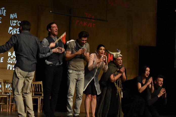 """Publika u Živinicama besplatno će gledati nagrađivanu predstavu """"Jedvanosimsoboakamolistobo"""""""
