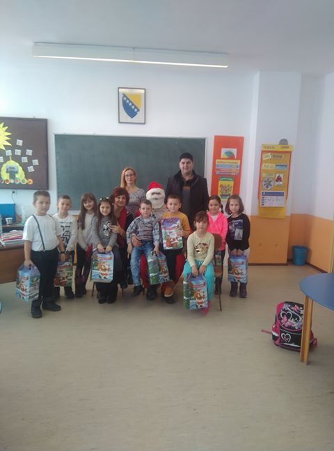 Porodica Bečić poklonila novogodišnje paketiće učenicima Osnovne škole ,,Lipnica,,