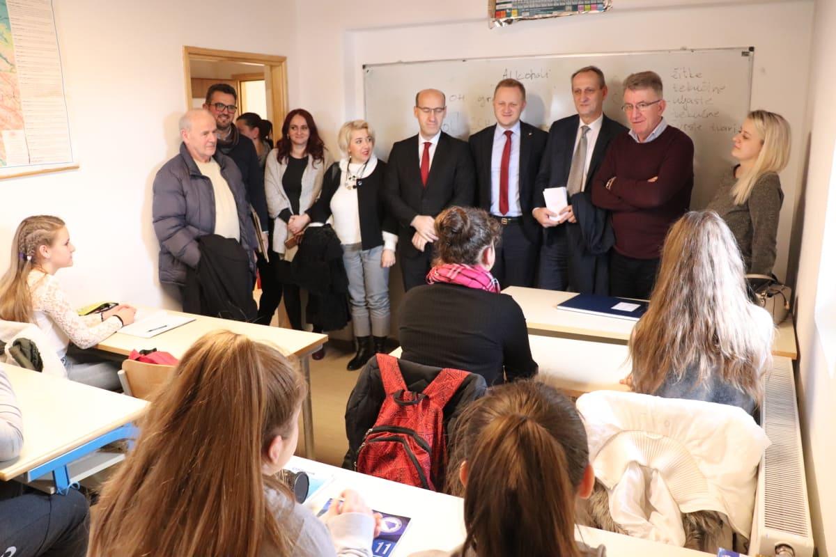 """Ramiz Salkić, potpredsjednik bh. entiteta RS, sa delegacijom iz ZE-DO kantona posjetio Osnovnu školu """"1. mart"""" u Vrbanjcima"""