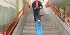 Doniran gusjeničar za savladavanje stepenica Prvoj osnovnoj školi u Srebreniku