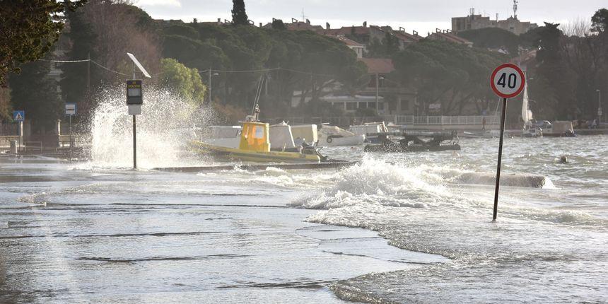 Snažni udari bure i oluja pogodili cijelu Dalmaciju