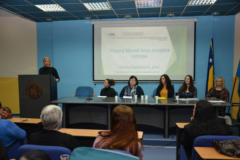 """Asocijacija žena GO SDA Tuzla: Upriličen Okrugli sto pod nazivom """" Uloga žene u izgradnji bosansko-hercegovačkog društva"""""""