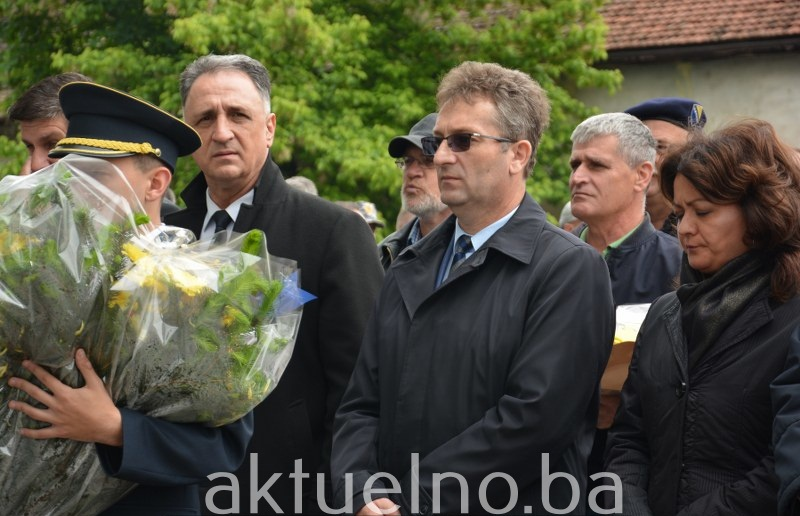 Delegacija Vlade TK položila cvijeće i odala počast poginulim braniteljima Tuzle