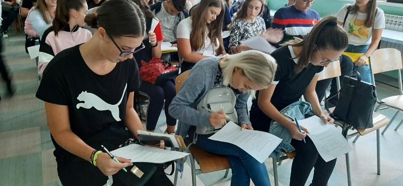 """Održano prvo predavanje u Srednjoj medicinskoj školi Tuzla """"Život poslije raka… Borba se nastavlja!"""""""