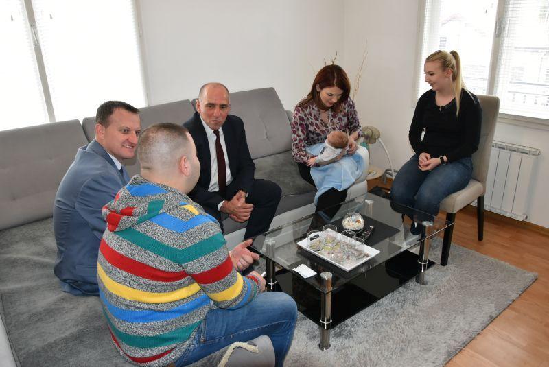 Premijer Tulumović posjetio i darovao prvorođenu bebu u 2020.godini