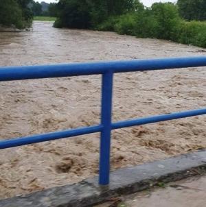 Rijeka Tinja se izlila iz korita, u Sapni pokrenuto klizište