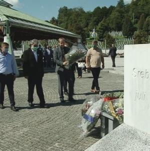 Delegacija Kantonalne vlade posjetila memorijalne centre u Veljacima i Potočarima
