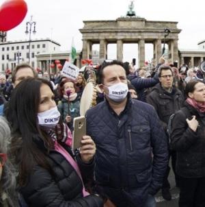 Hiljade ljudi protestuje u Berlinu protiv vladinih restriktivnih mjera
