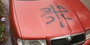 """Osuda vandalskog čina ispisivanja znaka """"4 S"""" i pogrdnog naziva """"četnik"""" na vozilu predsjedavajućeg Skupštine TK  Žarka Vujovića"""