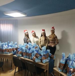"""Mladi Pokreta """"Zajedno za bolji Srebrenik"""" paketićima obradovali 100 mališana iz socijalno ugroženih porodica"""