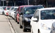 Velika kolona vozila pred punktom za drive-in testiranje