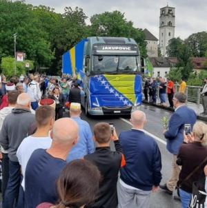 Kolona sa posmrtnim ostacima žrtava zločina u Prijedoru prolazi kroz USK
