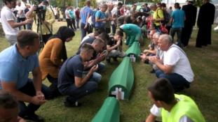 Tabuti sa žrtvama genocida preneseni u Memorijalni centar Potočari