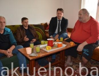 Ministar Ahmetović posjetio demobilisanog borca Emira Mujakovića u Gornjoj Tuzli