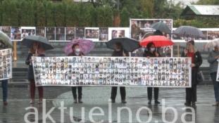 Mirni protesti majki Srebrenice u Tuzli: Svaka kap kiše na licima napaćenih majki je svjedok genocida (VIDEO)